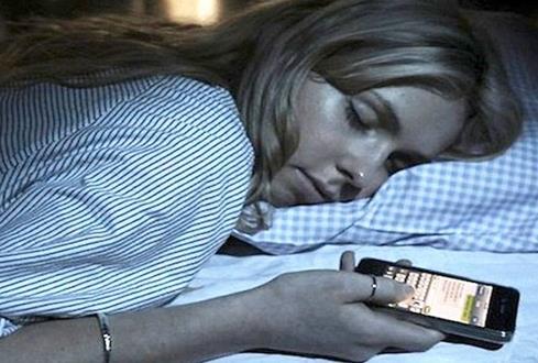 27岁妈妈通宵玩手机猝死 被发现时眼睛还盯着