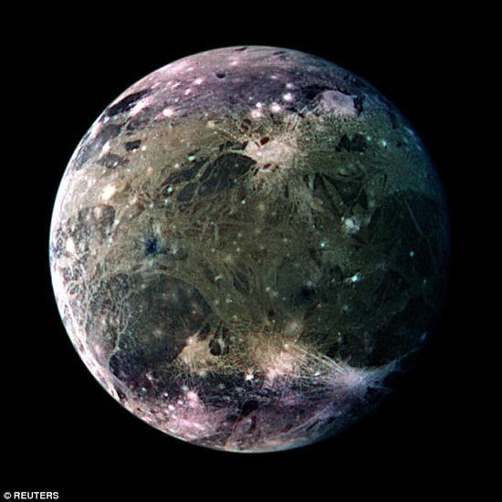 前不久,科学家们使用哈勃空间望远镜发现了确凿的证据可以证明在木星最大的卫星——木卫三的地下存在着一个巨大的咸水海洋,就像三明治一样被夹在上下两层冰层之间