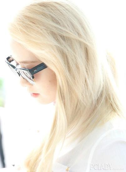 阳光下的浅金色直发