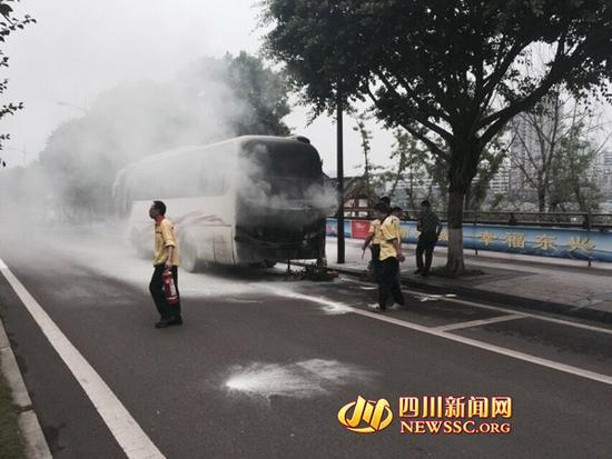 内江客车运行途中发生自燃
