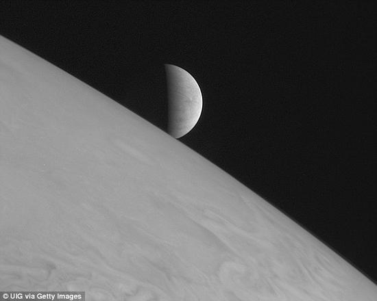 新视野号探测器拍摄的这幅图像上展示了木卫二从木星云层上方升起的景象。美国宇航局正在筹划一项前往木卫二的探测计划,预计于2022年左右发射升空。科学家们希望能够确认这颗冰卫星上是否存在宜居环境