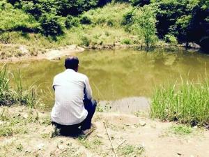 事发的水塘边没有任何警示标语与防护设施 现代快报记者 王晓宇 摄