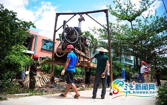 6月17日,技术人员在三亚市吉阳区博后村红旗组架设钻井设备。
