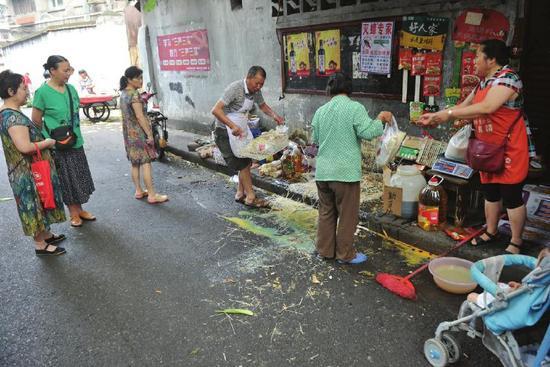 69岁的徐女士当时被肇事车撞到了这家干杂店门前货摊上