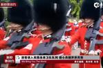 游客误入英国皇家卫队队列 遭士兵撞开并斥责