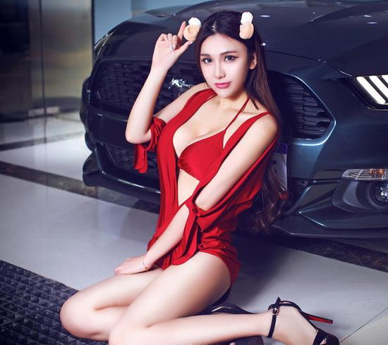 性感美女车模王雯雯 hold不住的长腿诱惑