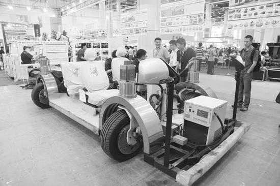 大连企业自主研发的四驱四轮电动车,车轮可以任意角度转向。半岛晨报、海力网摄影记者孙振芳