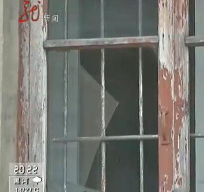 大爷家窗子被砸碎