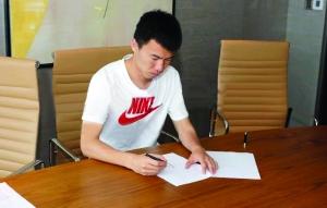 在合同上签字后,孙可穿上了天津泰达权健的球衣