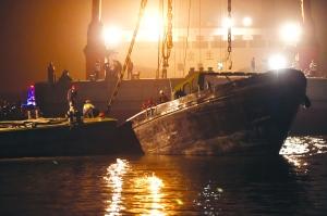 左图:船尾卡在码头 右图:昨晚,船体基本扶正,救援人员上船搜救 现代快报记者 邱稚真 摄