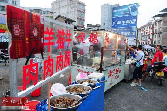 """资料图片:玉林市区南桥市场的一家卖肉摊把招牌中的""""狗""""字遮住(2014年6月15日摄)。新华社发"""