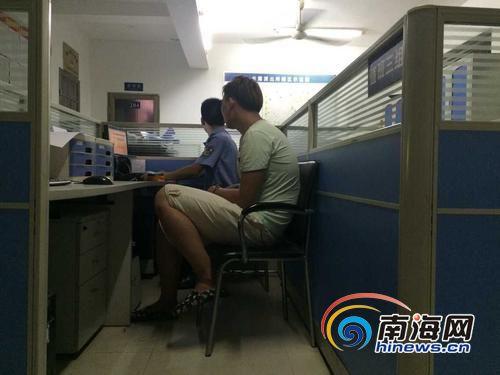 小王戴上手铐在接受警方的进一步调查。南国都市报记者徐培培摄
