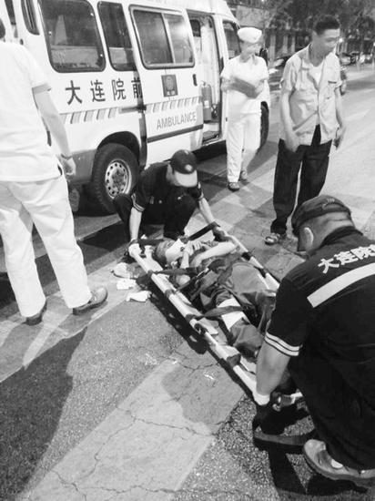 急救人员赶到现场,将被撞环卫工送往医院。