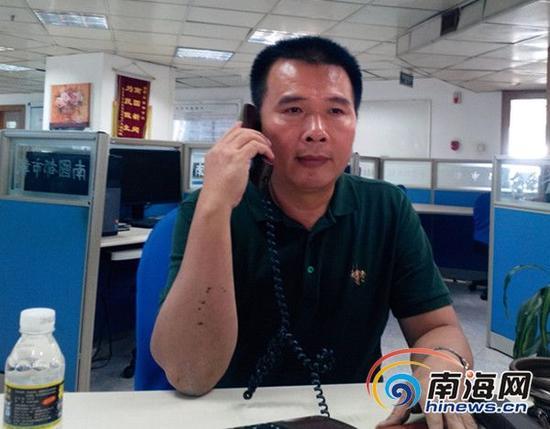 何副校长正在接听热线(南海网记者 刘培远 摄)