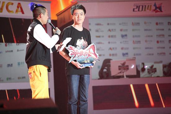 【图2】2014WCA蚩尤爸爸代表LT登台领奖