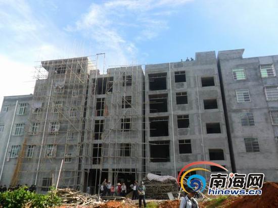 当天上午9点,记者在高坡村入口近200米处看到,6栋建筑临地而起,每一栋不仅建筑面积大,而且楼高全是五层