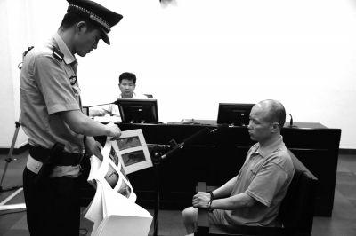 杜长会在法庭上受审。京华时报记者蒲东峰摄