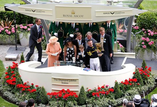伊丽莎白女王亲自为戴图理颁奖