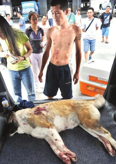 爱犬被击毙,王冰(赤膊男子)很伤心。