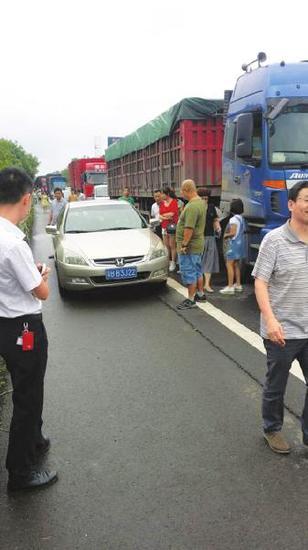 众人指责侵占应急车道。受访者供图