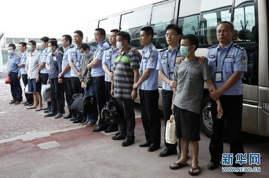 """6月21日,公安人员在北京首都机场押解6名境外在逃经济犯罪嫌疑人。当日,在中国驻印度尼西亚大使馆和印尼警方的大力支持和密切配合下,公安部""""猎狐-2015""""赴境外缉捕工作组将近期抓获的6名境外在逃经济犯罪嫌疑人吕某、陈某、林某、王某、张某、傅某从印尼押解回国。今年以来,全国公安机关已先后从30多个国家和地区抓获境外在逃经济犯罪嫌疑人256人。新华社记者 李明放 摄 (来自:新华网)"""