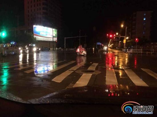 万宁市区车辆、电动车目前仍可正常行驶,多路段未有明显积水。