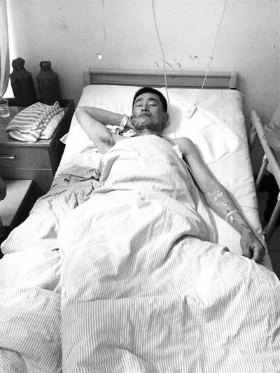伤者吴先生在医院接受治疗。