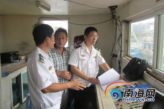 海事执法人员登轮指导船舶防台。(通讯员何志成摄)