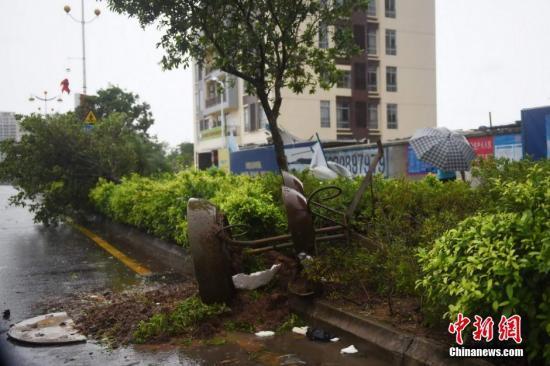 """海南遭遇台风""""鲸鱼""""袭击。图为海南琼海市城区,一个路灯被强风吹落地上。 中新社发 蒙钟德 摄"""