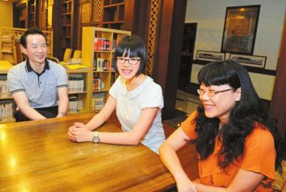 6月22日,万妙然和父母在一起接受采访。