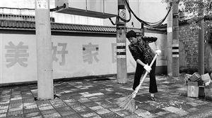 宣爱凤正在打扫马路