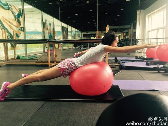 朱丹健身房锻炼身材好