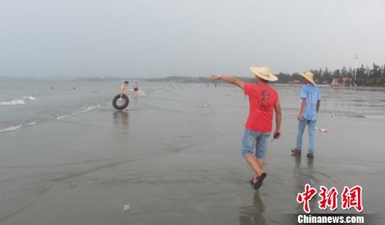 图为防城港江山半岛白浪滩景区紧急疏散游客。 罗天成 摄