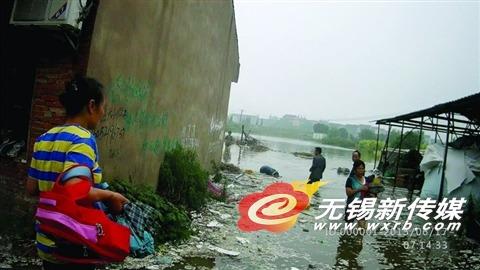 ▲6月17日,江阴一处农村积水漫坝,村民正在撤离。