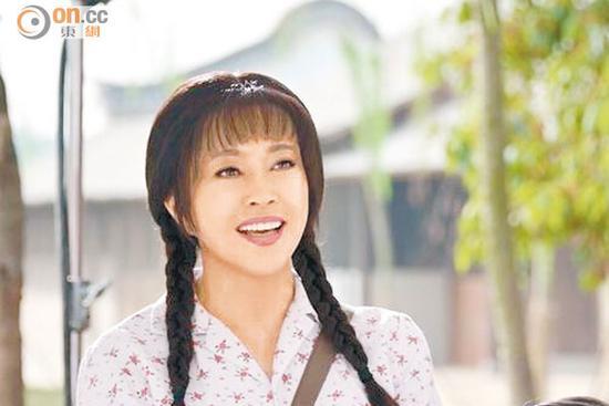 59岁刘晓庆泳装戏水 紧致身材吸睛(图)