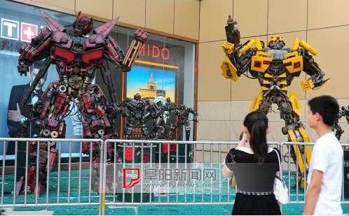 两大十小机器人引得市民纷纷驻足围观