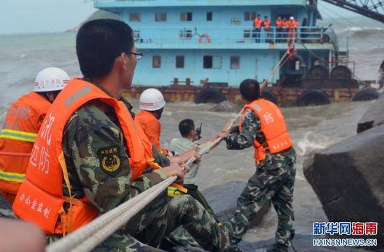 """台风""""鲸鱼""""致万宁海域2渔船遇险 4人失联"""