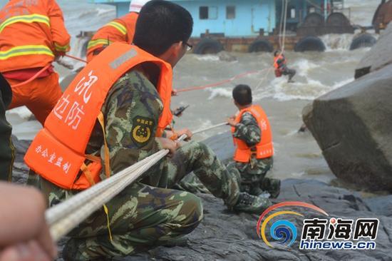 多部门联合救援被困船舶。南国都市报通讯员李建龙摄