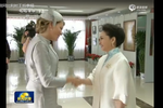 现场-彭丽媛陪同比利时王后参观 王后秀书法