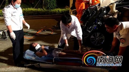 消防官兵将被困人员救出,交给医护人员处理。(通讯员刘亚州摄)