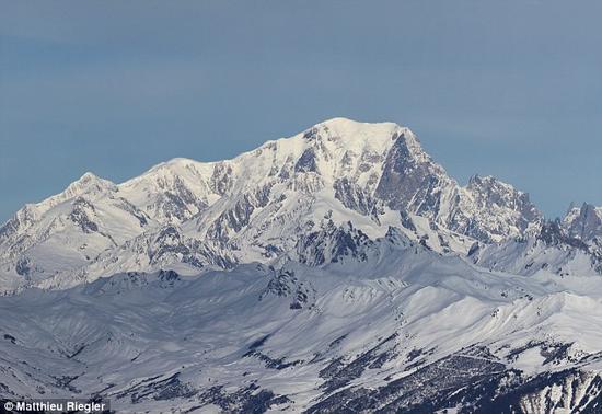 勃朗峰(如图所示),是阿尔卑斯山的最高峰,位于法国和意大利交界处。谷神星上的这座山整体高度约5千米,大致相当于勃朗峰。