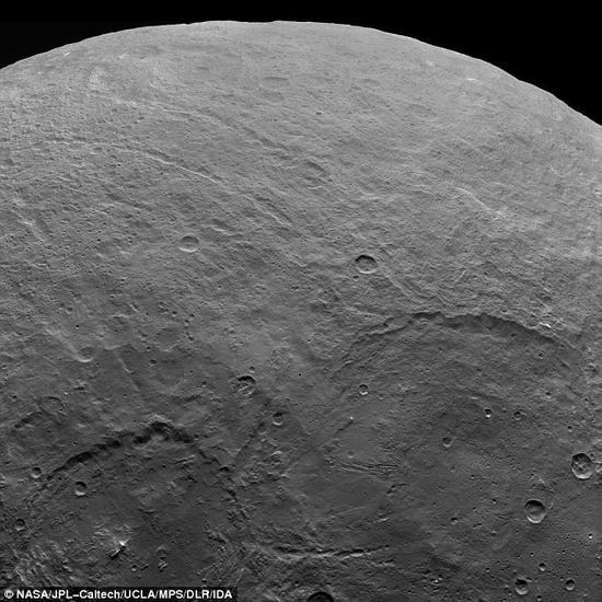 该图展示了谷神星上大量的陨石坑。