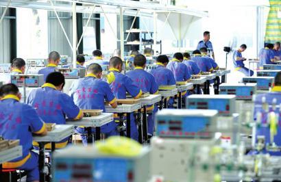 24日,戒毒人员学习加工电子元件。