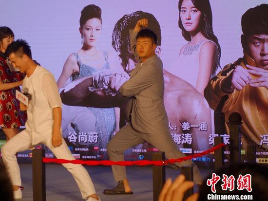 杜海涛在现场摆出武打动作