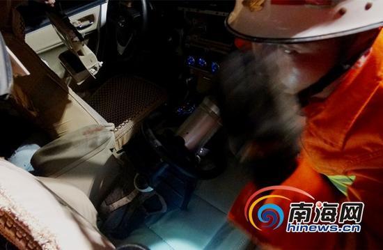 消防官兵在事故现场破拆救人(通讯员刘亚州摄)