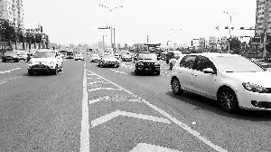 一辆黑色机动车违规驶出快速路。