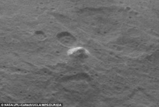 """将图片放大,可以更清晰地看见这座金字塔形山体细节部分,但是山体的起源和构成仍是一个谜。这些图片是""""黎明""""号飞船在其第二地图绘制轨道上拍摄到的,该轨道距离谷神星高度约4400千米。"""