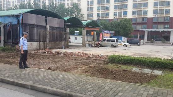 绿地被严重破坏,被翻新的泥土上面,几根被挖断的小臂粗的树根清晰可见