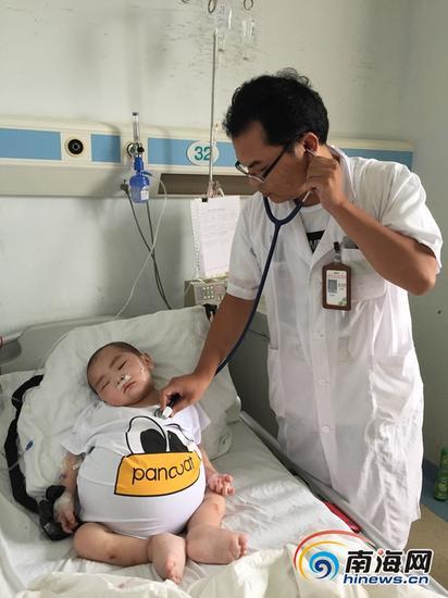 医生在给小昌宇检查