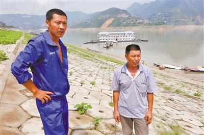 巫山大宁河滑坡,渔民邹厚军(左)、黄宗满(右)勇救中年女子。